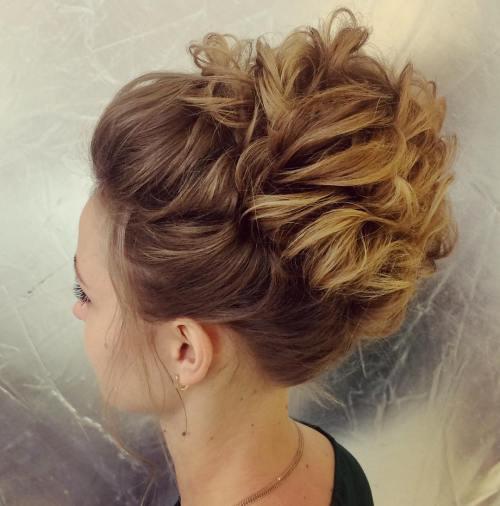 Dalgalı tepe topuzu saç modelleri nelerdir