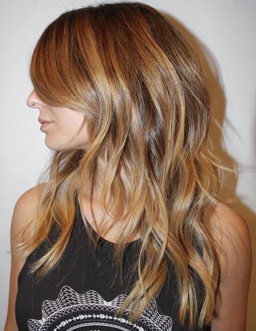 Parlak karamel katmanlı kadın saçı modeli nasıldır