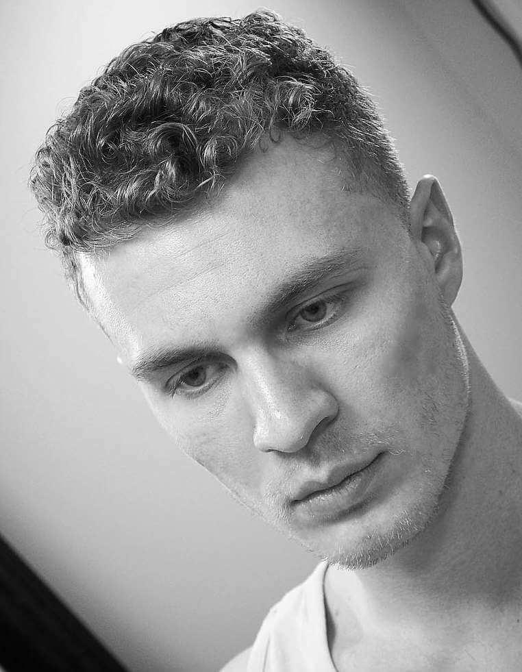 Kısa Görünümlü Erkek Kıvırcık Saç Modeli Nasıldır