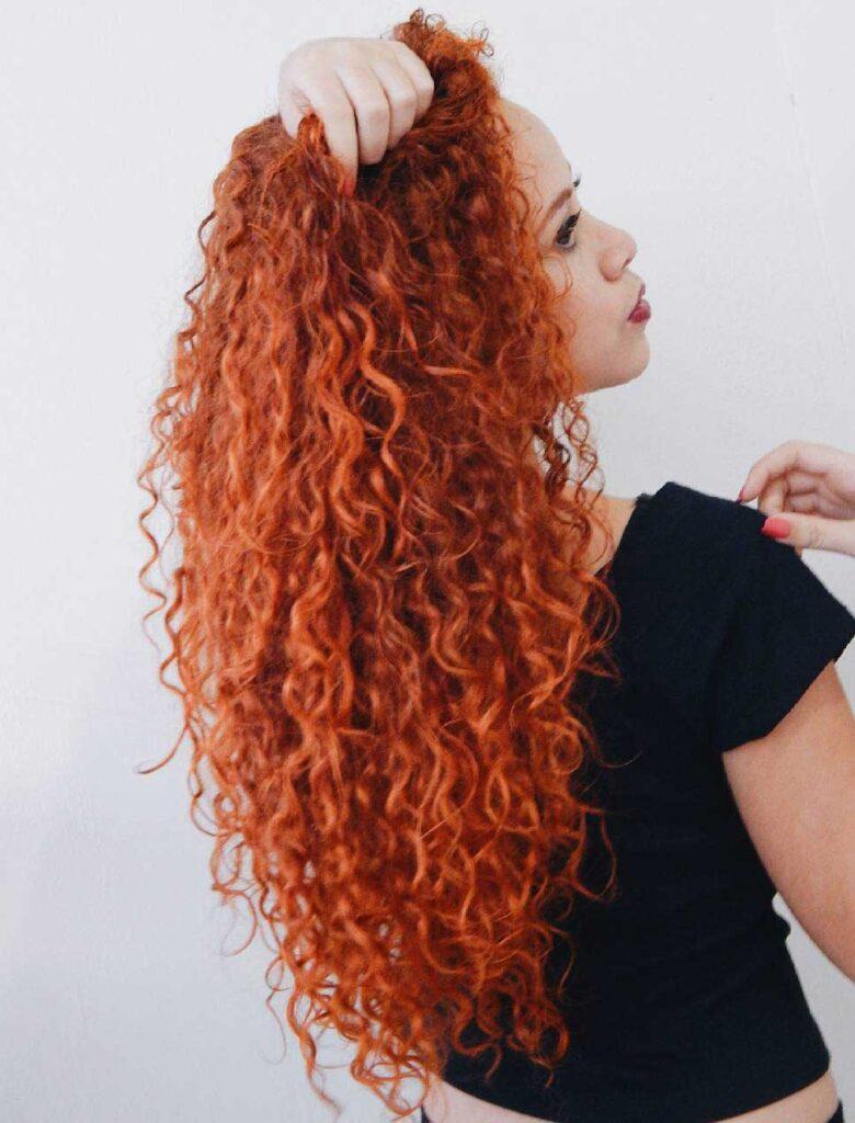 turuncu saçlı kadın