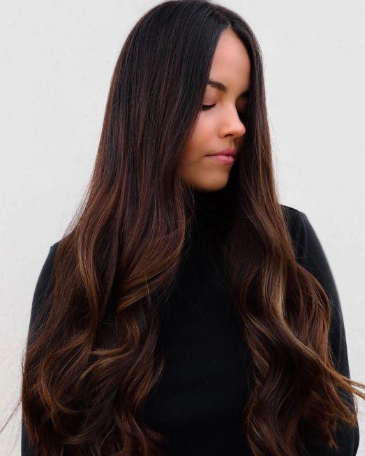 Karamel Işıltılarla Öne Çıkan Saç Modeli